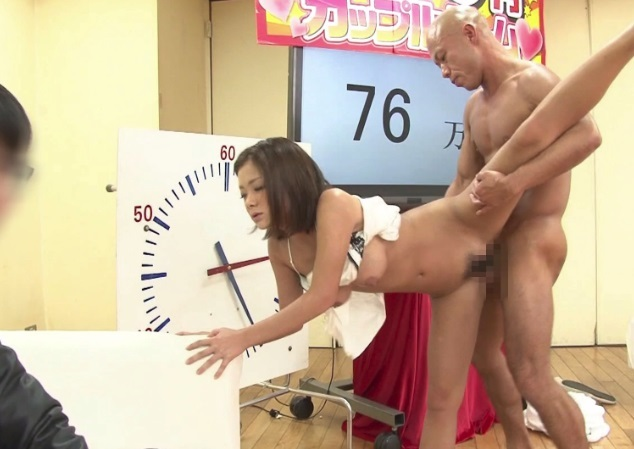 【素人カップル】イッても我慢!彼氏の前で彼女がダッチワイフになりきったら賞金100万円!
