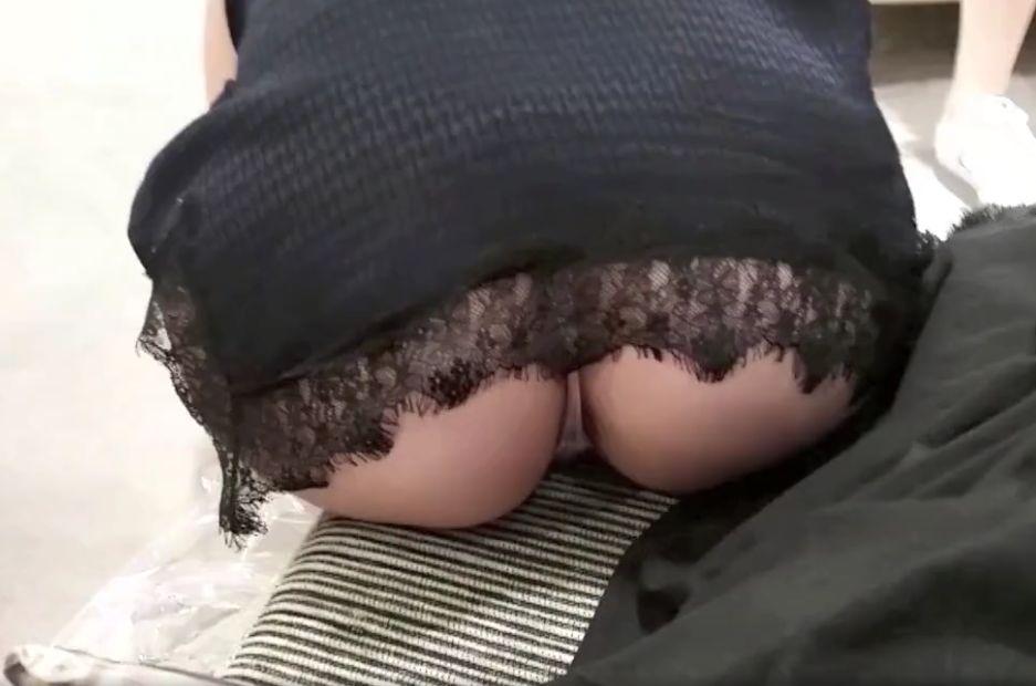 靴の試着でお尻を晒してしまった女の子