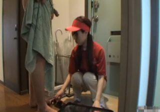 ピザを配達に来たアルバイトの宅配娘に玄関先で勃起チンポを見せつけた結果www
