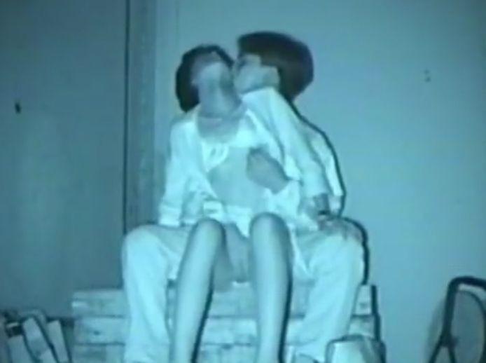 暗い場所でおっぱい触ったり手マンしたりするカップル