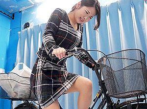 アクメ自転車でイキまくった奥様は、NTRセックスでもハメられ潮吹きが止まらないww