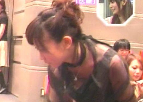 ユルユルの胸元からブラモロ見えハプニング!