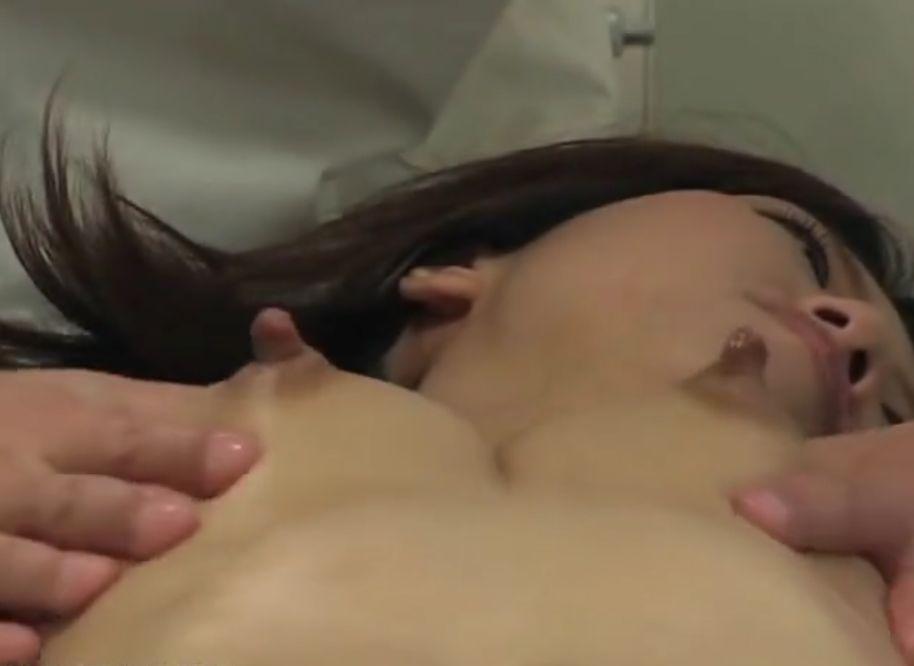 乳首ぴんこ立ちで母乳も飛び出すおっぱいマッサージ