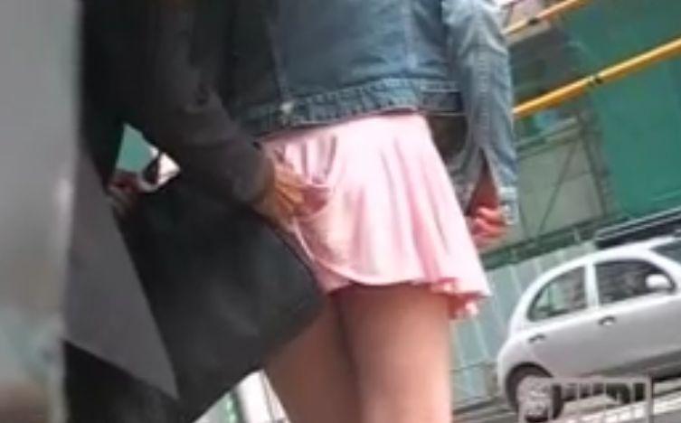 わざと鞄をスカートに引っかけて街ゆく女性のパンチラゲット