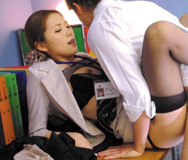 オフィスで新人や部下を誘惑し、スーツ姿のまま自らの欲望を満たす。小川あさ美