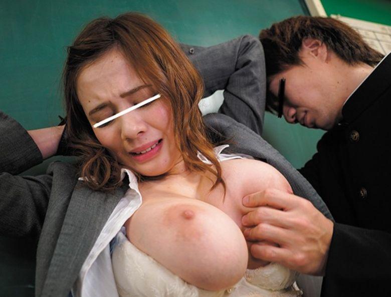 放課後の教室や女子トイレなどで襲い両手を拘束!抵抗出来ない女教師の巨乳や敏感乳首を弄ぶ!吉川あいみ