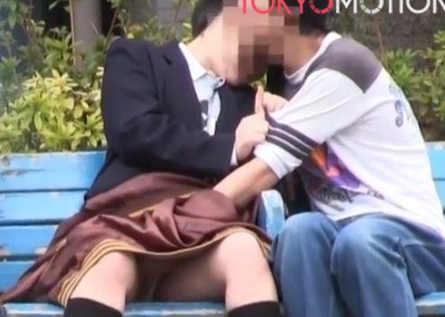 白昼堂々、公園のベンチで手マンするカップル