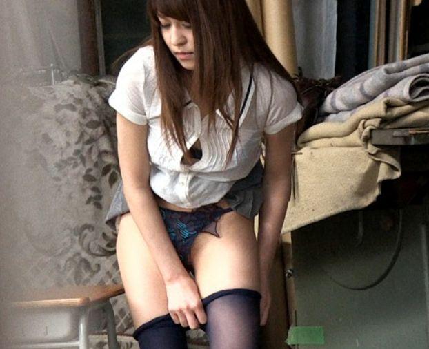 「ある廃校で自慰行為をしている女がいる…。」そんな噂を聞いて早速、その場所で待ってみると…荻野舞
