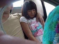 人気のない郊外バスの後部座席で犯される日焼け少女