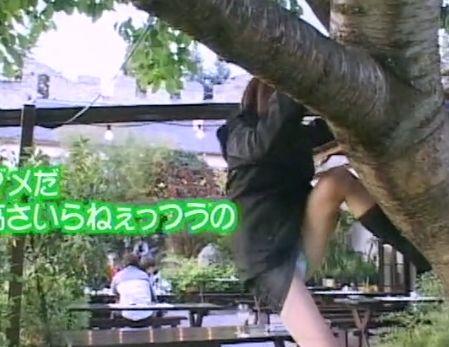ミニスカで木に登ろうとしたら足を上げ過ぎてパンツモロ出しハプニング!
