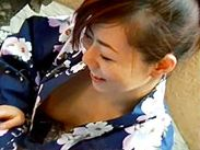 その辺で座っている浴衣ギャルの胸の隙間から飛び出ている乳首を隠し撮り!