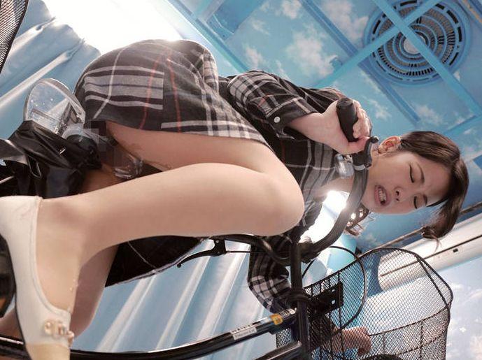 マジックミラー号×アクメ自転車 ママチャリ人妻限定!「みんな私の方を見てる気がするんですけど…」公衆の面前!?でイキまくる!ハリガタピストンで大量潮吹き絶頂アクメ!!
