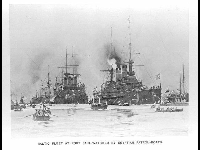 ポートサイドでのバルチック艦隊−エジプトの巡視船に監視されている