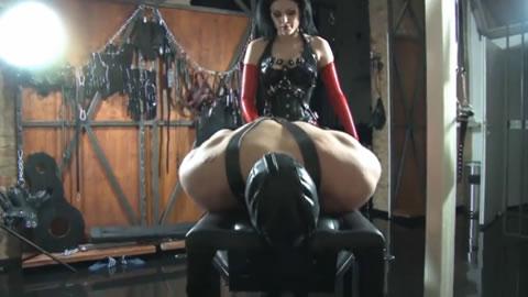 海外女王様が極太ペニバンを装着して後ろ手に拘束したM男のアナルを突きまくり調教!