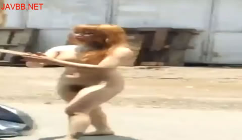 野外露出のお姉さんが捕まって連行.mp4 ~全裸のお姉さんが町中を歩き回り注目を集めちゃいます!
