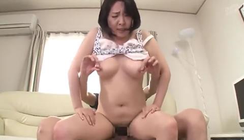 五十路美熟女義母がソファで体位を変えながら激しく突きまくられ中出しされちゃいます!