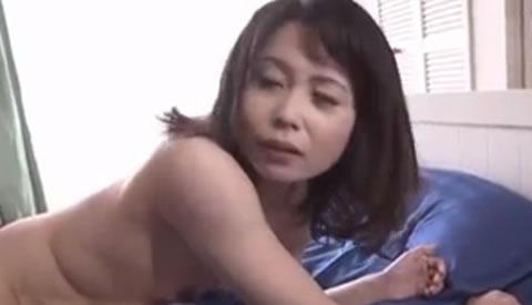 ママの友人の淫穴~スレンダーな貧乳美熟女がヨガリまくるんだにゃ~!
