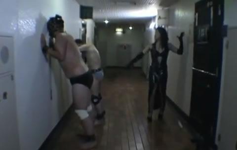王様が二人のM男をバラ鞭で調教します!