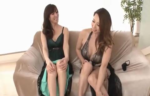 二人の美熟女が実演しながらオナニー談義したり、アナルSEX談義からお互いのアナルを見せ合い、ついでにマ○コも開いて観察しちゃいます!