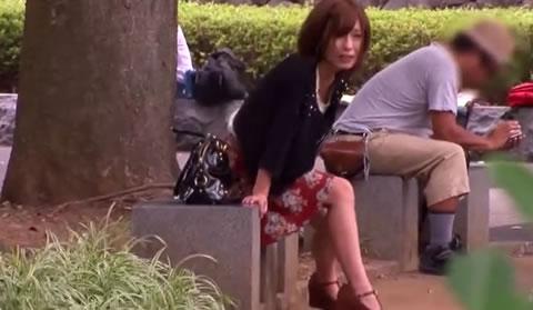 リモコンバイブを装着した美人お姉さんが公園のベンチに座らされ、スイッチオンで責めまくられちゃいます!