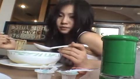 美人お姉さんが飲食店で食事をしながら2種類のリモコンバイブを装着して責められちゃいます!