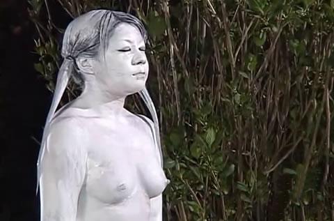 美しい奥様公園で胸チラ