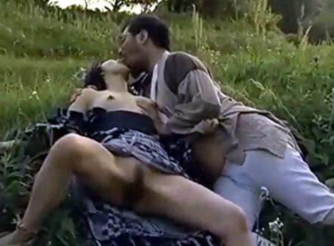 熟年不倫カップルが山中の草むらで逢瀬を楽しんじゃいます!
