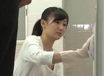 星川麻紀が小便器掃除