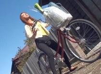 瀧澤まいが自転車で買い物