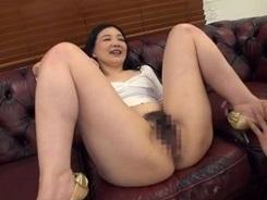 五十路熟女のM字開脚