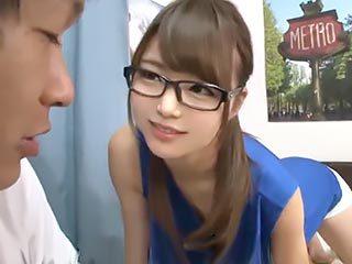 「パンツ見てたでしょ?w」パンチラで誘惑してくる眼鏡お姉さんの筆下し!