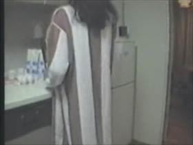 個人撮影 旦那の夕食を作りながら不倫相手にバックで挿入される人妻のリアル流出