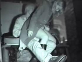 カップル盗撮 公共野外のベンチで我慢できない若者の青姦をばっちり個人撮影