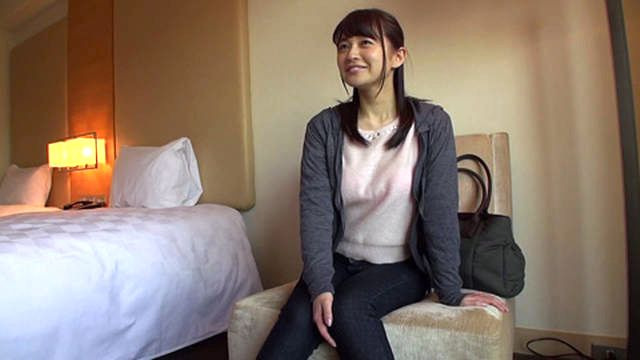 【人妻ナンパ】インタビューを装いかわゆい若妻さんを段々と裸にしてハメ撮り!新山沙弥