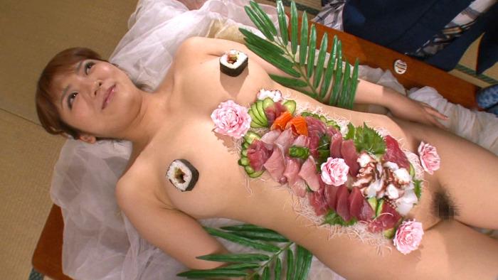 【神咲詩織】女体盛りやわかめ酒で巨乳若女将のエロボディを堪能できるサービス満点の旅館