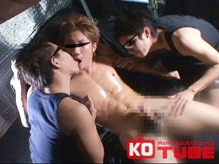 【KOゲイ動画】複数人に嬲られるイケメンがギンギン勃起! 渋谷優希 おびただしいオモチャと手であらゆる方向から!