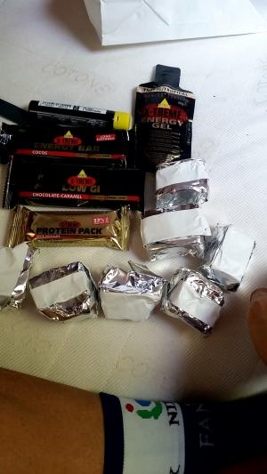 ジェル+ライスケーキ3つ&レース後にプロシュートクルードとチーズの挟まったパン