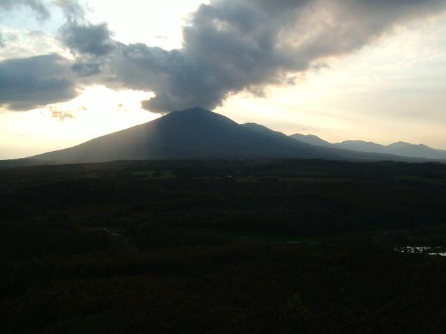 2008.10.群馬県長野原町、逆光の浅間山