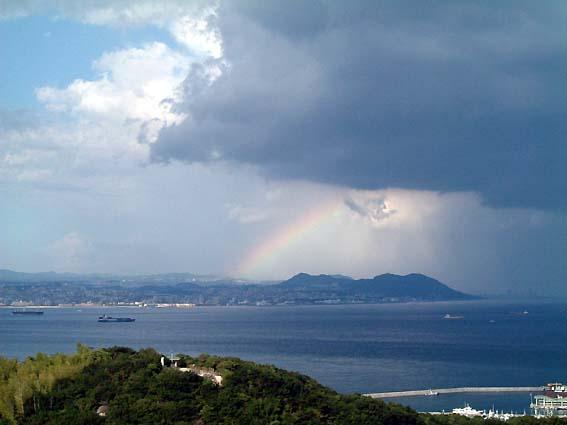 雨雲の向こうに垣間見える虹