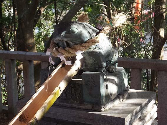 手水舎のカエルの像