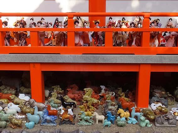 拝殿に並ぶ人形