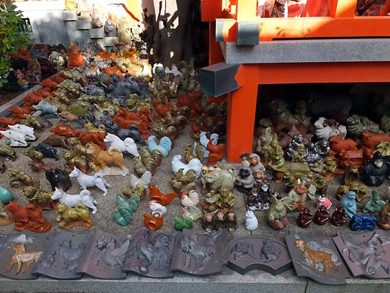 淡嶋神社に並ぶ十二支の人形