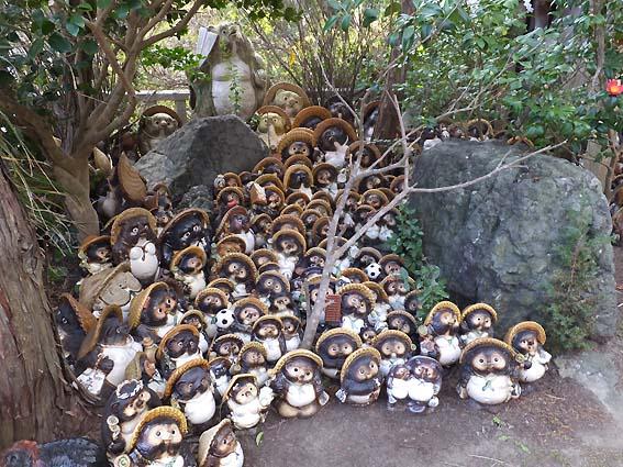 淡嶋神社のタヌキの置物