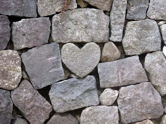 石垣に埋め込まれたハート形の石
