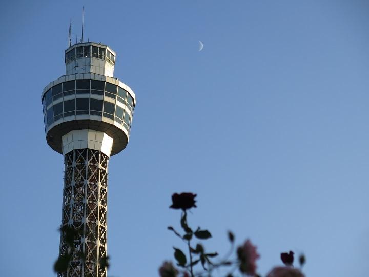 横浜マリンタワーと月