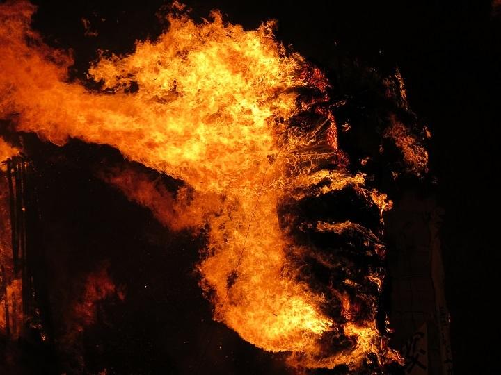 燃え盛る松明