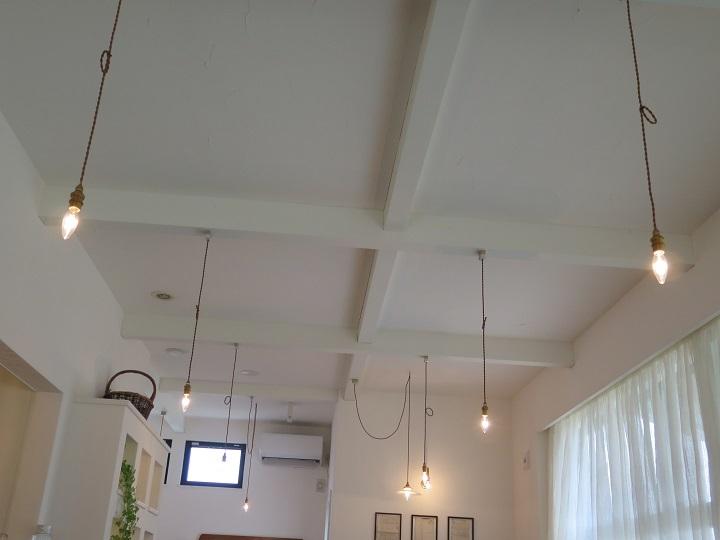 天井と明かりと