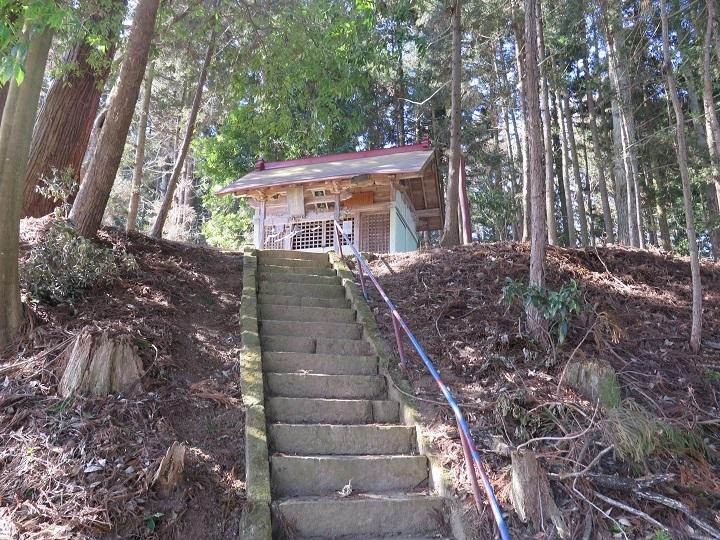 石段の上の社殿
