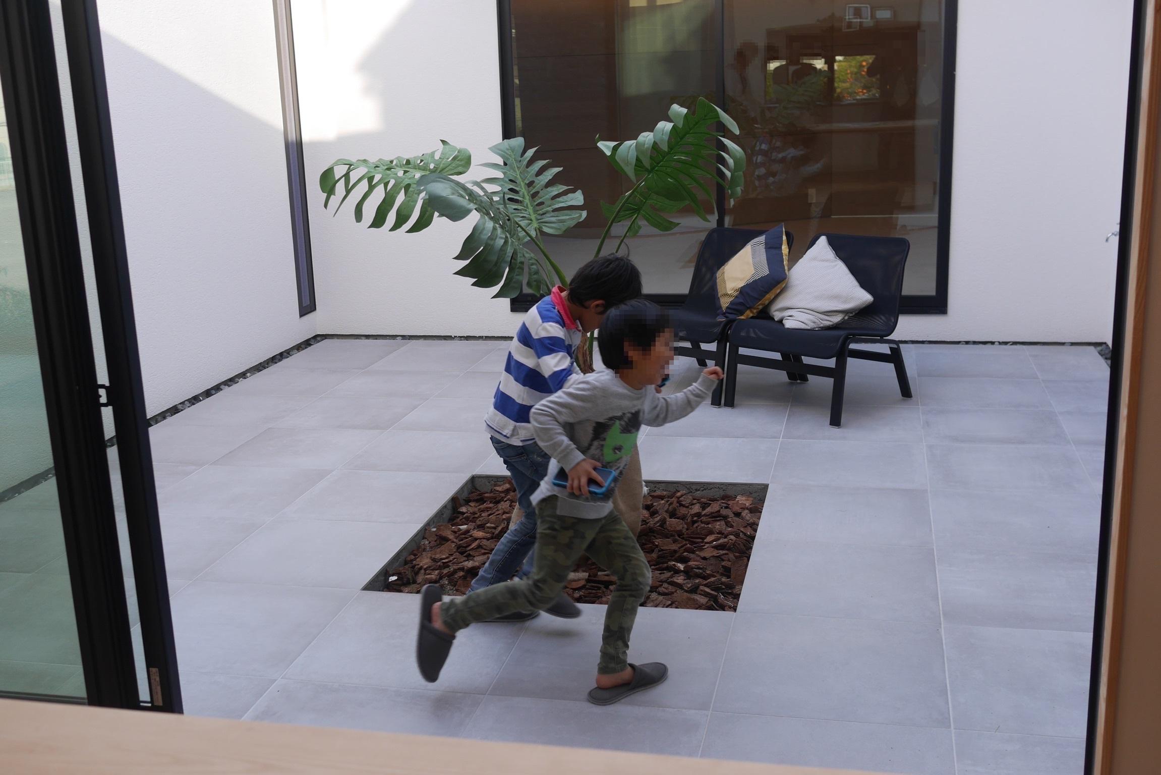 中庭で走り回る子供