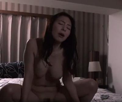 【夫婦のいとなみ】「まんこに竿が入ってるぅ」50代夫婦の激しい性生活を描いた大人向けの熟女ポルノビデオ